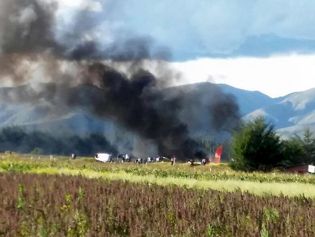 Flugzeug geht in Peru in Flammen auf