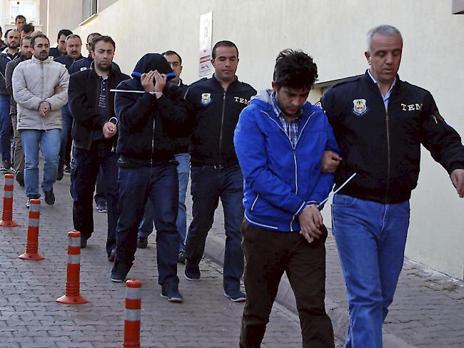 Razzia in Türkei nach Putsch: Mehr als 1000 Polizeiangehörige festgenommen