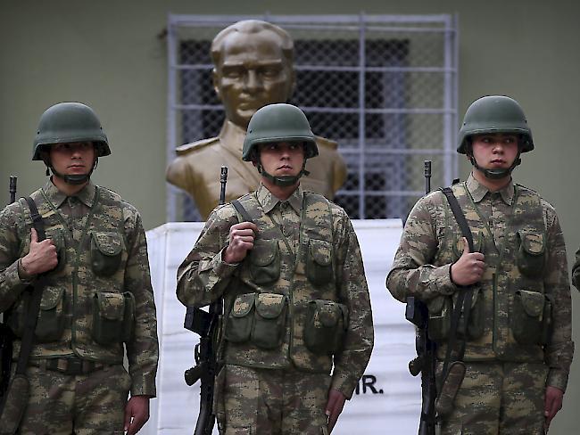 Konflikte - Fast 4000 Staatsbedienstete in der Türkei per Dekret entlassen