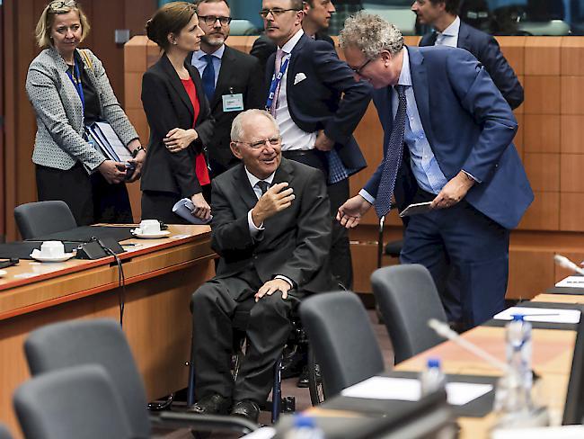 Die EU-Finanzminister konnten sich am Montagabend nicht auf weitere Griechenland Hilfen einigen- Luxemburgs Finanzminister Pierre Gramegna spricht mit dem deutschen Amtskollegen Wolfgang Schäuble