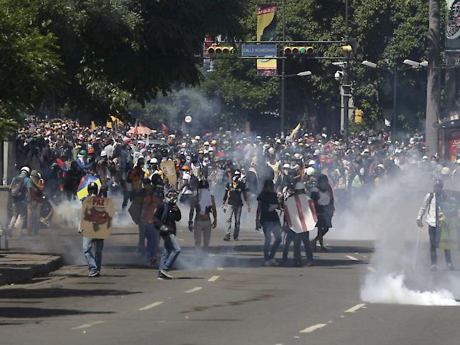 Venezolanische Polizei treibt Studenten mit Tränengas auseinander