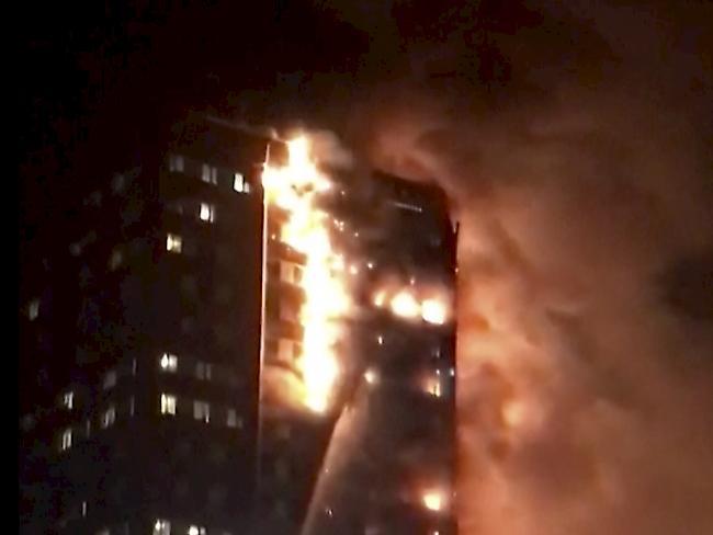 Hochhaus mitten in London steht komplett in Flammen