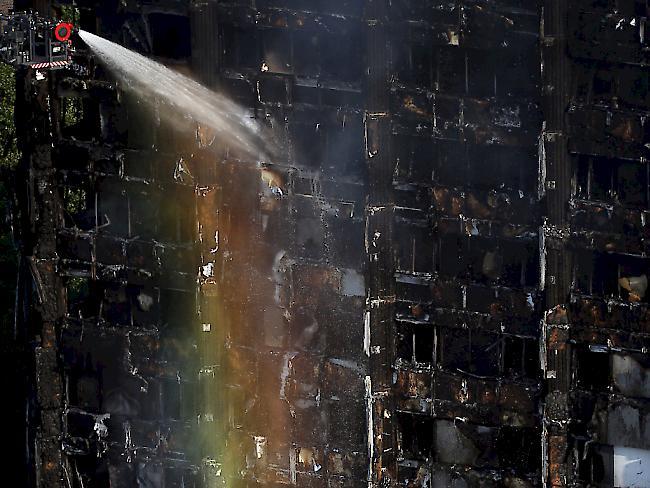 24 Stunden nach Ausbruch des Feuers ist der Brand im Londoner Hochhaus noch immer nicht gelöscht