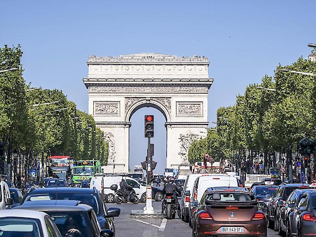 Pariser Champs-Elysées Bewaffneter Mann lenkt Auto in Polizeiwagen