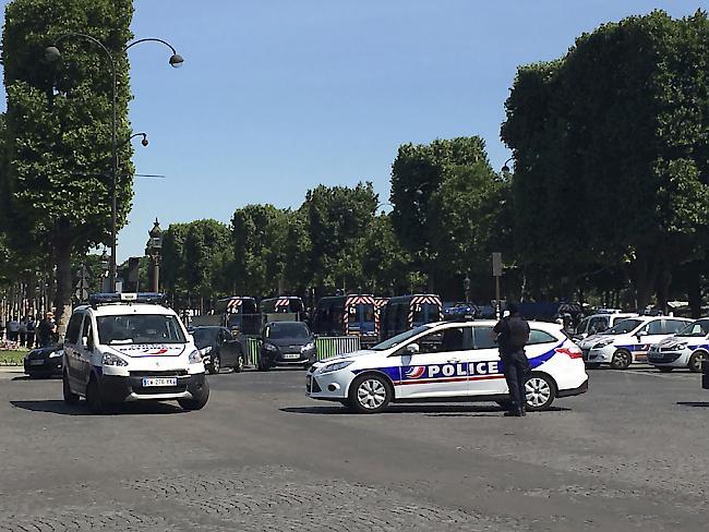 Die Polizei riegelt die Pariser Champs-Elysées ab nachdem ein Auto dort ein Polizeifahrzeug gerammt hat