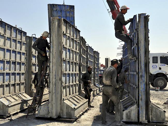 Die Türkei errichtete bereits 2015 an der Grenze zu Syrien eine Meterhohe Mauer aus Betonelementen