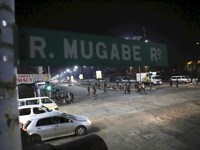 Militär in Simbabwe stellt offenbar Präsident Robert Mugabe unter Hausarrest [1:28]